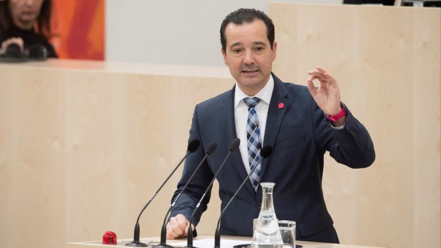 Nationalratsabgeordneter Gerald Loacker von den NEOS erkundigt sich auch zur Vorarlberger Kriegsopferabgabe, die im Zusammenhang mit Pokern für Aufsehen gesorgt hat. (Bild: © Parlamentsdirektion / Thomas Jantzen)