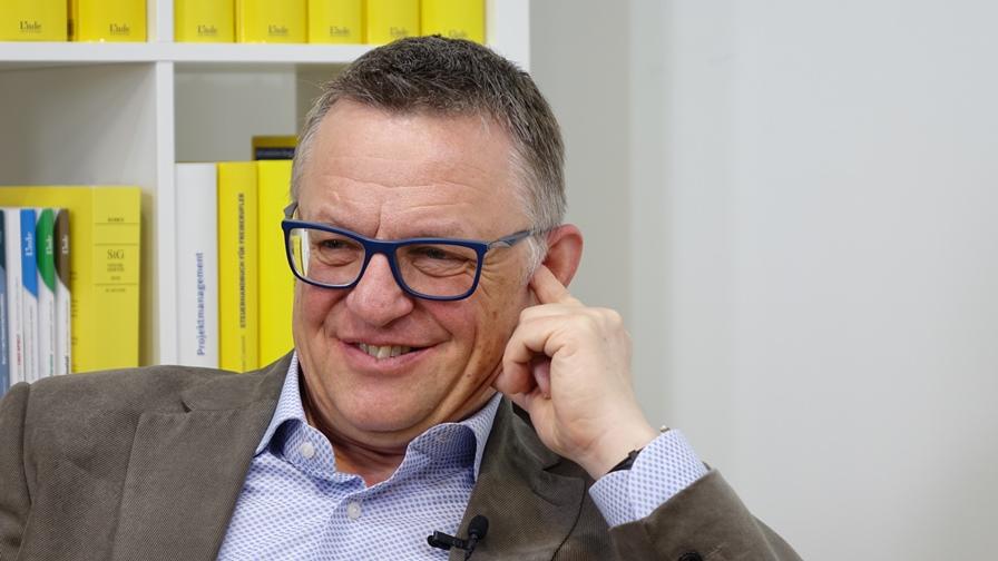 Dr. Martin Atzmüller begann seine berufliche Laufbahn in der damaligen Finanzlandesdirektion für Wien, Niederösterreich und Burgenland als Rechtsmittelbearbeiter und Fachreferent für Einkommensteuer. (Bild: © Linde Verlag)