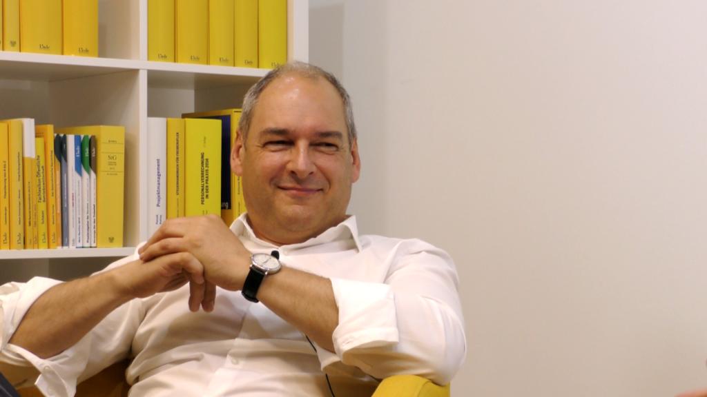 Roland Macho arbeitet an zahlreichen internationalen Programmen mit, ist weiters Universitätslektor an der Wirtschaftsuniversität Wien und wissenschaftlicher Leiter der Tax-Management-Studiengänge an der Fachhochschule Campus Wien. Er ist Fachvortragender und Fachautor insbesondere im Bereich des internationalen Steuerrechts und der Verrechnungspreise. (Bild: © Linde Verlag)