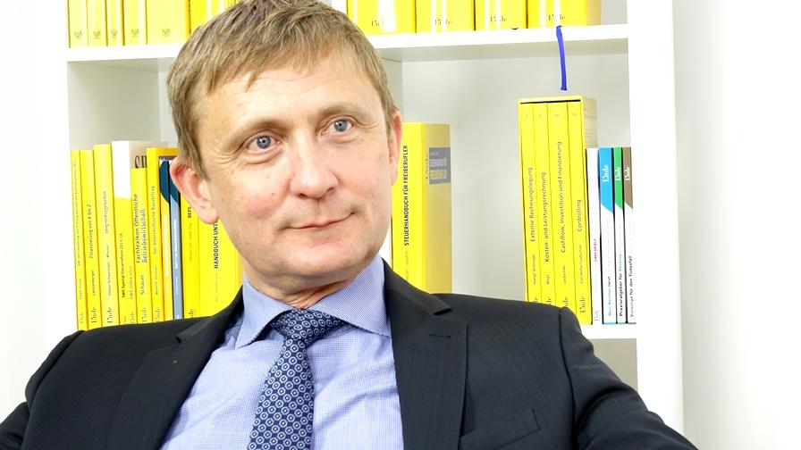 Univ.-Prof. Dr. Michael Tumpel studierte Betriebswirtschaftslehre an der WU Wien. Bereits während seines Doktoratsstudiums war er als Universitätsassistent am Institut für Finanzrecht der WU Wien tätig, von 1993 bis 1997 am Institut für Recht der Wirtschaft der Universität Wien. (Bild: © Linde Verlag)