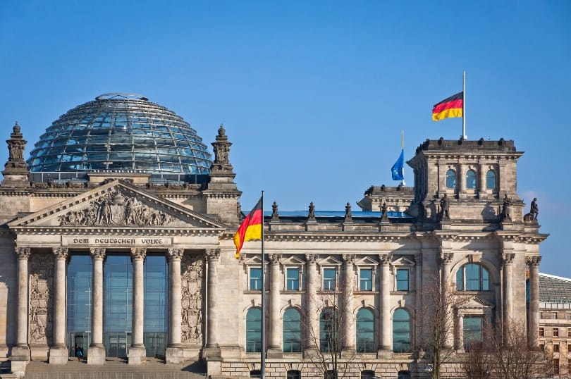 Deutscher Milliardenüberschuss: Hohe Steuereinnahmen und niedrige Zinsen als Auslöser. (Bild: © iStock/katatonia82)