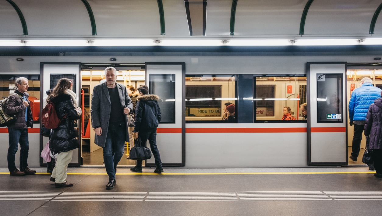 Öffi-Tickets und Bahnstrom steuerfrei, Dienstrad kürzt nicht die Pendlerpauschale. (Bild: © iStock/Alena Kravchenko)