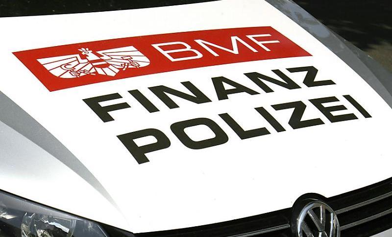 33 Mitarbeiter der Finanzpolizei waren an der Aktion beteiligt. (Bild: © APA/HERBERT-PFARRHOFER)